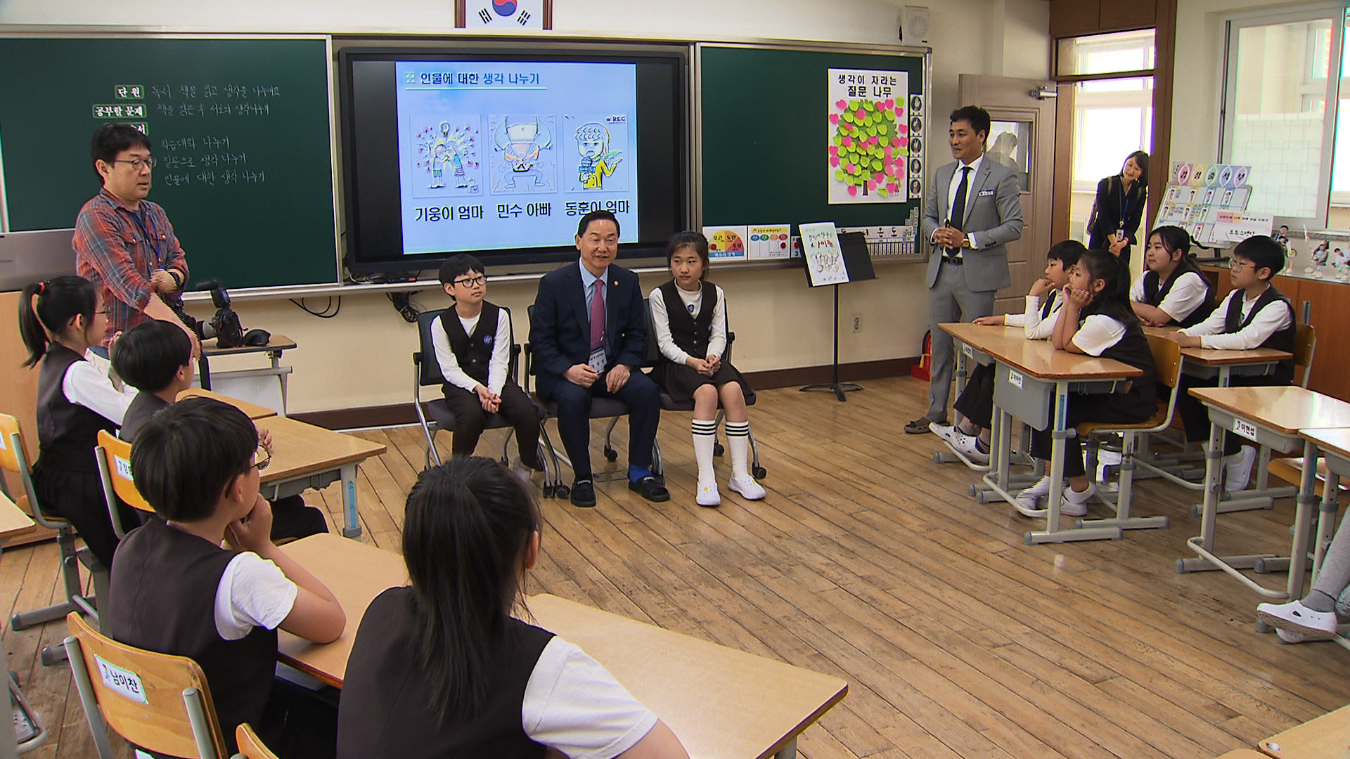 김상곤 부총리, 새 교과서 활용한 초등학교 수업 참관