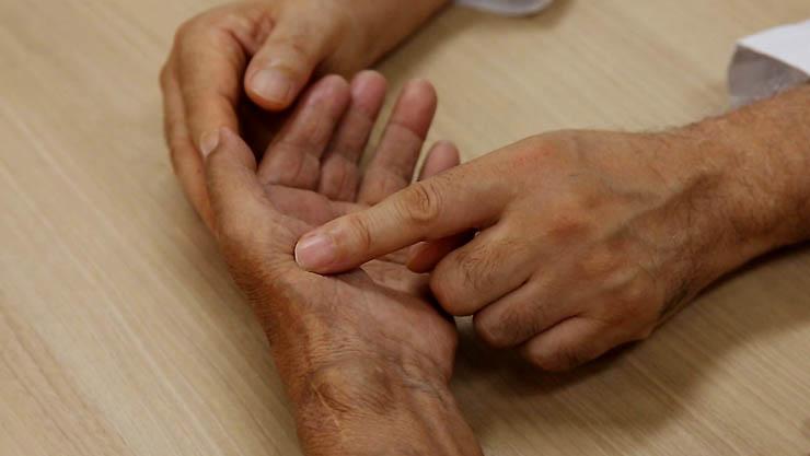 명의, 신경의 이상 신호, 저리고 아픈 손