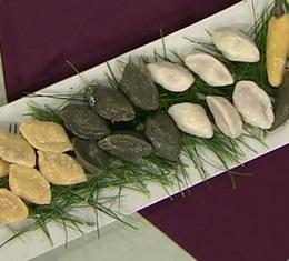 '송편' 한번 만들어볼까요?, 햇곡식으로 만드는 추석 대표 음식 송편! 쌀가루에 끓는 물을 넣어 익반죽하고, 반죽이 뒷볼처럼 말랑해지면 알맞은 상태예요.