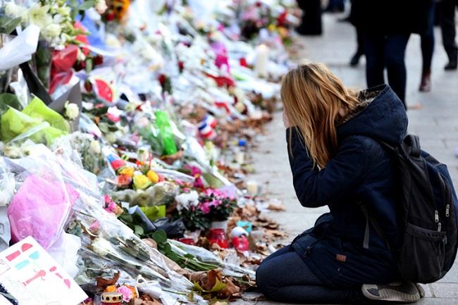 22명의 총기 난사 희생자를 기억하는 '2분의 침묵'